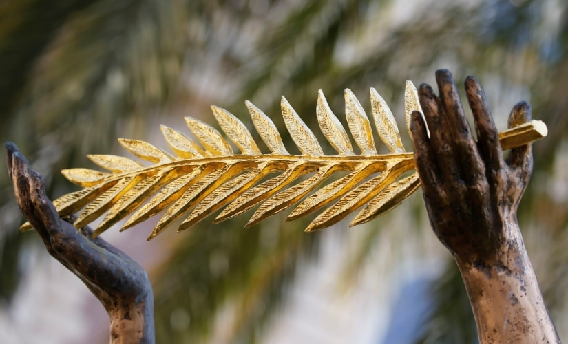 "The ""Palme d'Or"" symbol held by a statue is pictured outside the Carlton Hotel in Cannes, France May 6, 2018. REUTERS/Regis Duvignau - RC1597CCC810"