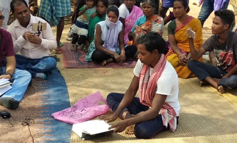 A tribal telling about Pathalgadi to media and the villagers in Jaspur. Image courtesy Chandrakant Pargi