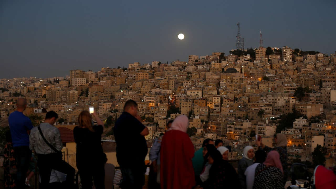 People gathered with their loved ones to catch a glimpse of the blood moon all over the world, like here at the Amman Citadel. Location: Jordan, Image: Reuters