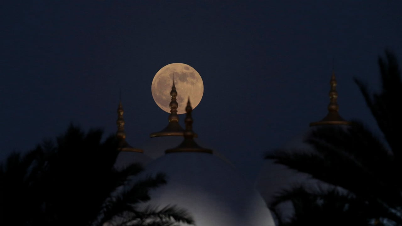 What a photo opportunity for photographers. Looks so very rewarding. Like this image which was shot as the blood moon rose behind the Sheikh Zayed Grand Mosque in Abu Dhabi. Location: United Arab Emirates, Image: Reuters