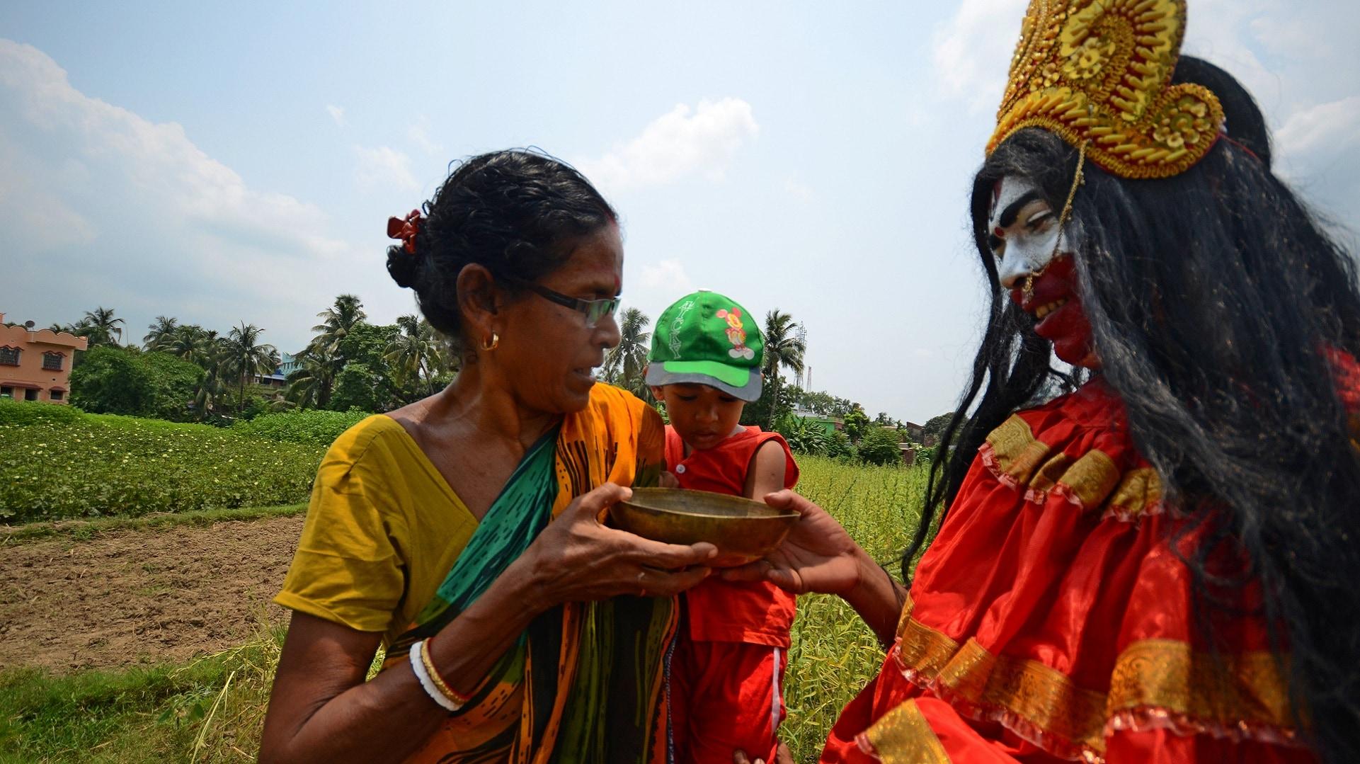 Rabi is bahurupi who keeps wandering around many parts of Tarakeswar and Kolkata (3)