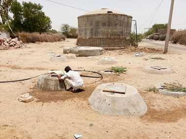 A man pulling water from a rank in Rajasthan's Barmer. Image Courtesy: Rangoli Agrawal/101Reporters