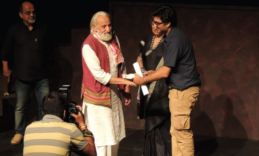 The Shankar Nag Theatre Award bein presented to Quassar Thakore Padamsee at the Ranga Shankara Theatre Festival 2016