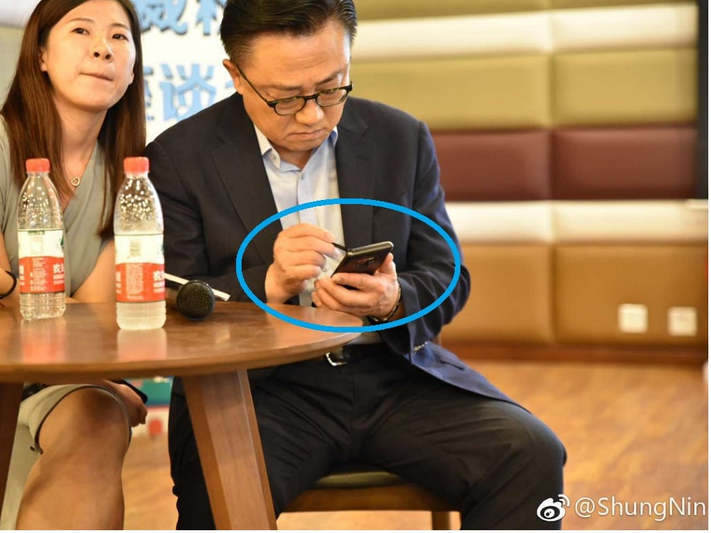 Samsung Mobile CEO DJ Koh photographed using the Galaxy Note 9 in public