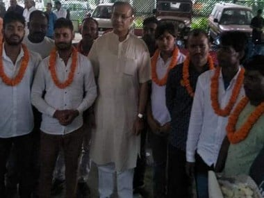 Jayant Sinha garlands the eight accused in the Ramgarh lynching case. News18