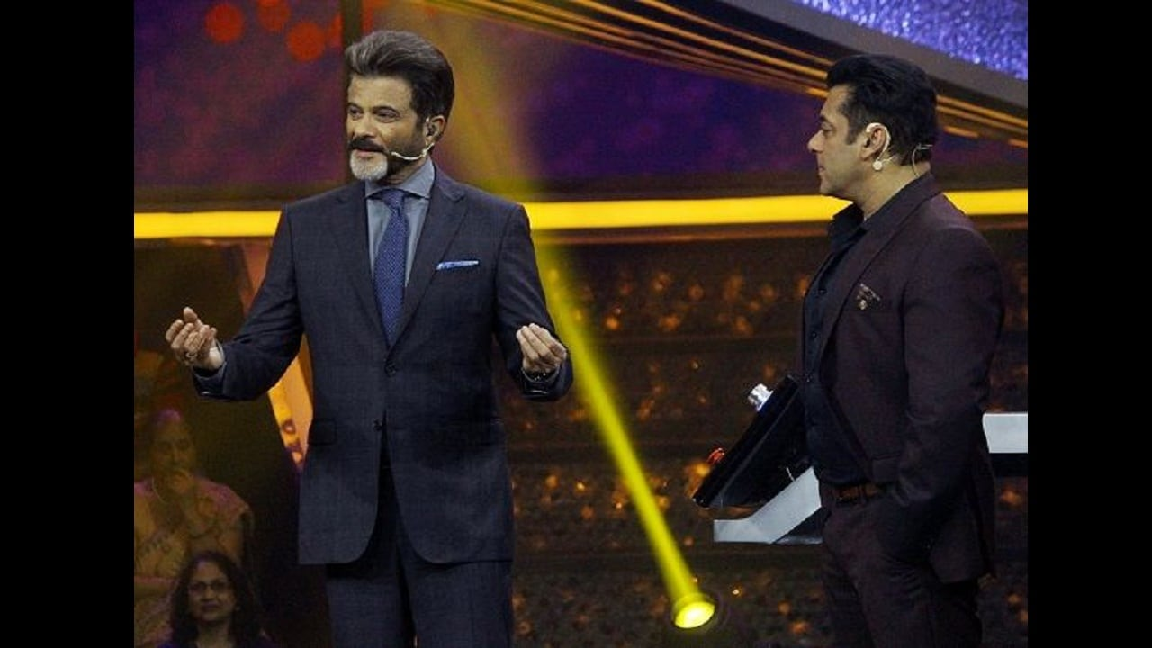 Salman Khan and Anil Kapoor on the sets of Dus Ka Dum for promotions of Fanney Khan. Twitter/@mystery0725
