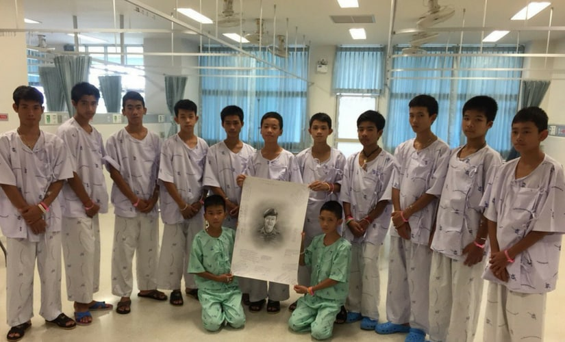 Rescued boys mourn death of ex-Navy SEAL Lieutenant Commander Saman Kunan. They wrote messages on a drawing of the diver and expressed condolences. Twitter Dan Johnson/@DanJohnsonNews