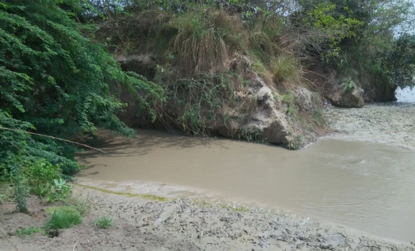 Ash water from plant mixing with Morvancha vagu (stream). One can see ash deposits on the banks. Image courtesy Rajesh Serupally and Hema Vaishnavi