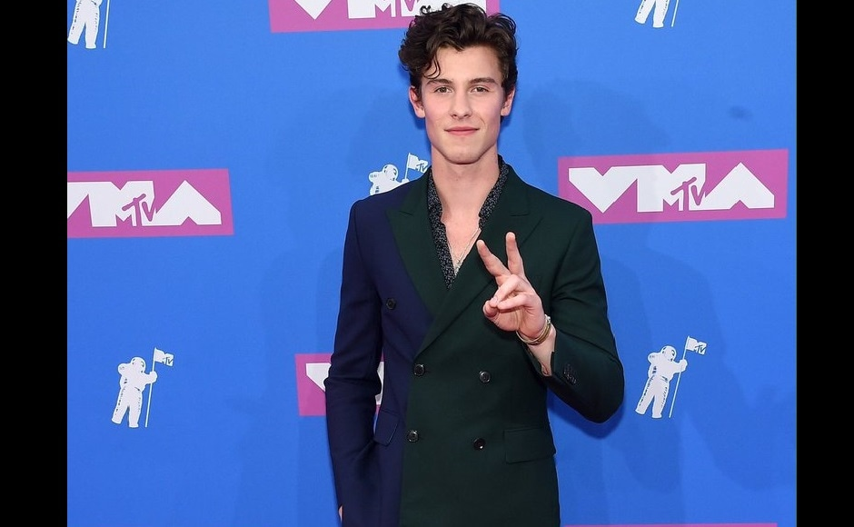 Shawn Mendes looked dapper in a two-toned double-breasted suit at MTV VMA 2018 red carpet. Twitter