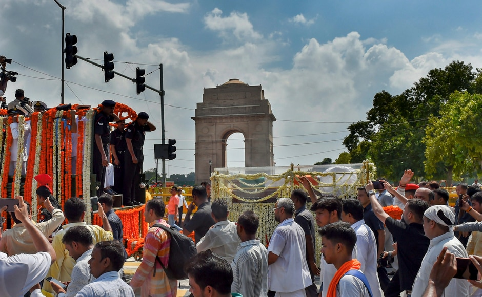 The procession carrying Vajpayee's mortal remains was moved to the BJP headquarters, moving past India Gate in New Delhi for the last public view. PTI