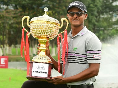 Viraj Madappa poses with the trophy after winning Bangalore Masters. Image Courtesy: Joy Chakravarty