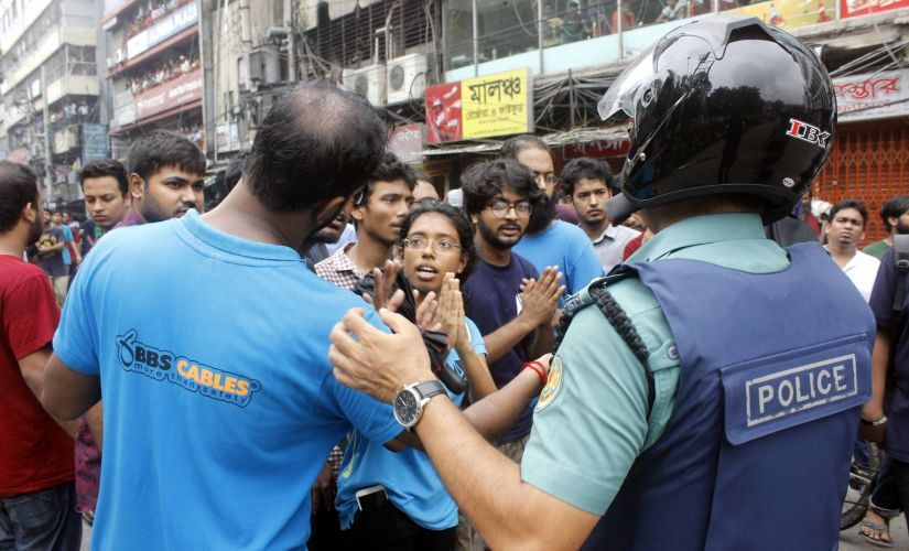 Dhaka University students plead with BGB personnel who stood while the students were attacked by anonymous men. Image procured by Greeshma Rai