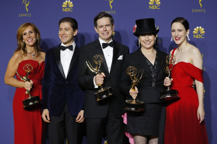 "70th Primetime Emmy Awards - Photo Room - Los Angeles, California, U.S., 17/09/2018 - The cast poses backstage with their Outstanding Comedy Series award for ""The Marvelous Mrs. Maisel."" REUTERS/Mike Blake - HP1EE9I09QEVQ"