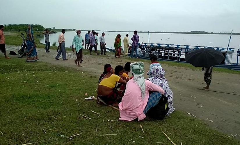 People waiting for a boat in Nalbari. Shah Alauddin Ahmed/101Reporters