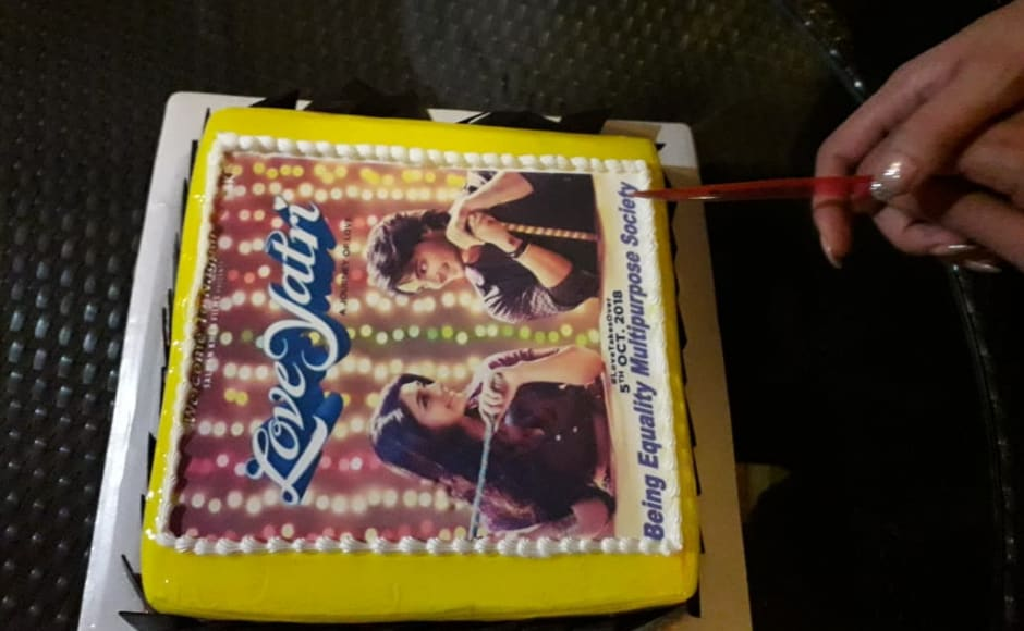 Later in the evening, Aayush and Warina were taken by surprise as they were visited by a Salman Khan Fanclub who get them a cake to congratulate them for the Loveyatri
