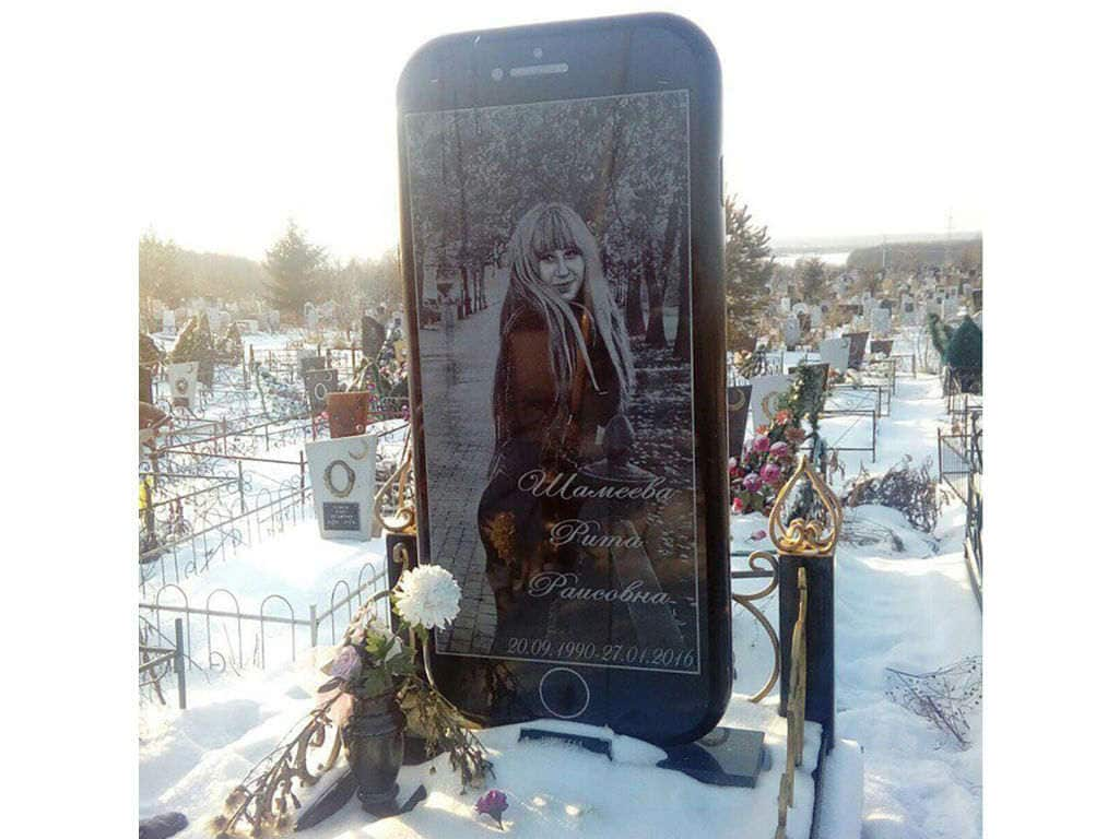 iPhone-like tombstone built for a deceased woman who loved her phone: Report