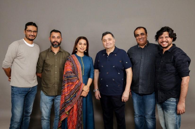 Juhi Chawla and Rishi Kapoor with the director and producers. Image via Twitter/@taranadarsh