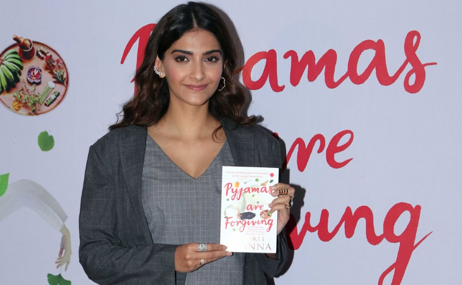Sonam Kapoor posed for the cameras during Twinkle Khanna's Pyjamas are Forgiving book launch