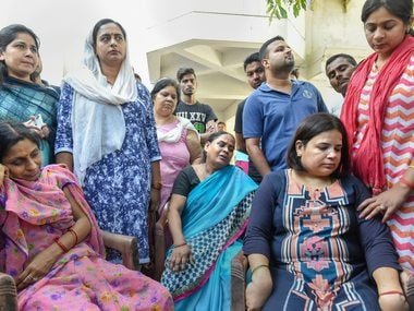 Family members of Vivek Tiwari mourn his death. PTI