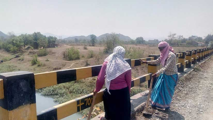 Labour work is not limited to men alone in Kalahandi. Image courtesy: Sneha Rout