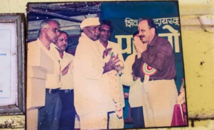 A photo of Goraknath receiving the Adarsh Sevak Puruskar