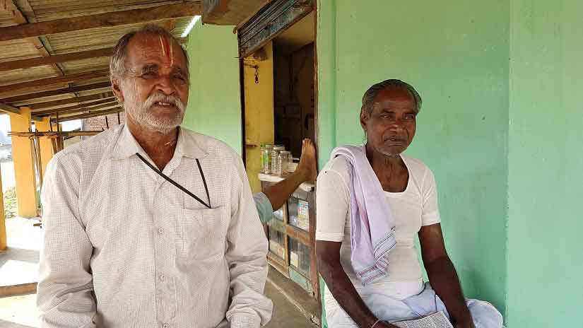 Elders in Chhattisgarh's Lakha village near Raipur share details of the sorry state of affairs in the area. Image Courtesy: 101Reporters