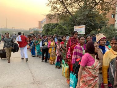 Farmers queue up at the protest site in Delhi. Image/@PARInetwork