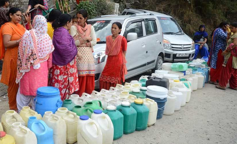 People with empty water containers waiting for a water tanker in Shimla. Photo by Pradeep Kumar