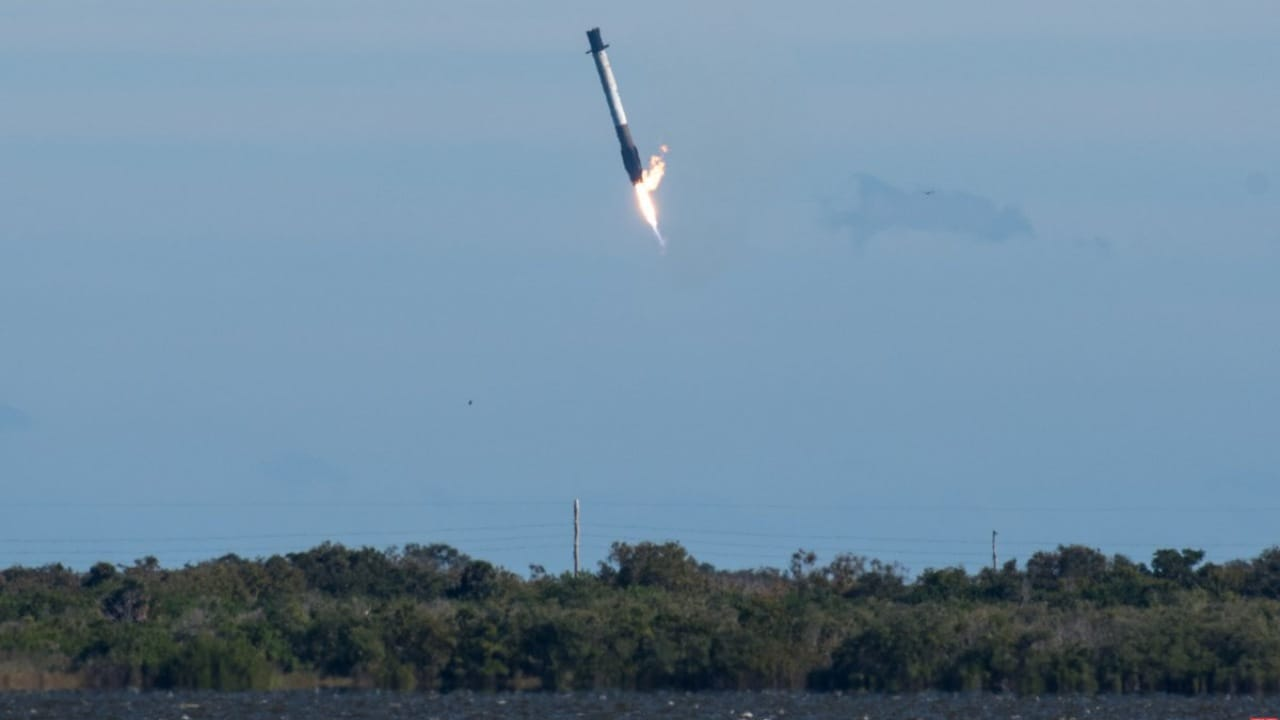 Falcon 9 tilting before water splash. Image credit: Twitter/MarcusCole