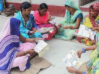 ASHA felicitator Shishu Kumar (second from left) educates women in Vaishali district about Kala Azar. Image courtesy: Drugs for Neglected Diseases Initiative