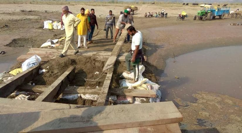 The temporary bridge built over River Ravi that is being repaired. Image Courtesy: Arjun Sharma/101Reporters