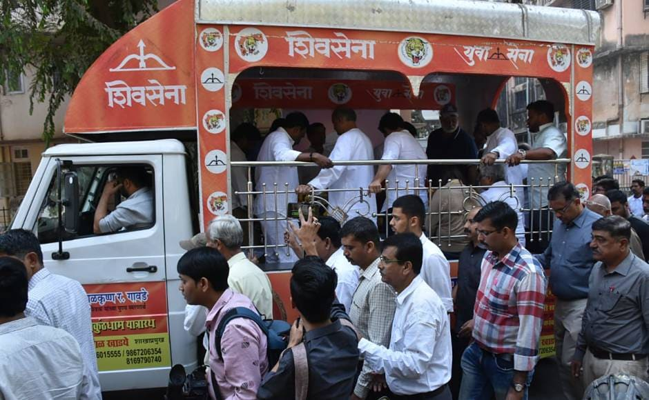 Ramakant Achrekar's body was carried to the cremation ground in a Shiv Sena vehicle, swarmed around by his students, relatives and local crowd, which echoed his popularity in the city. Network 18