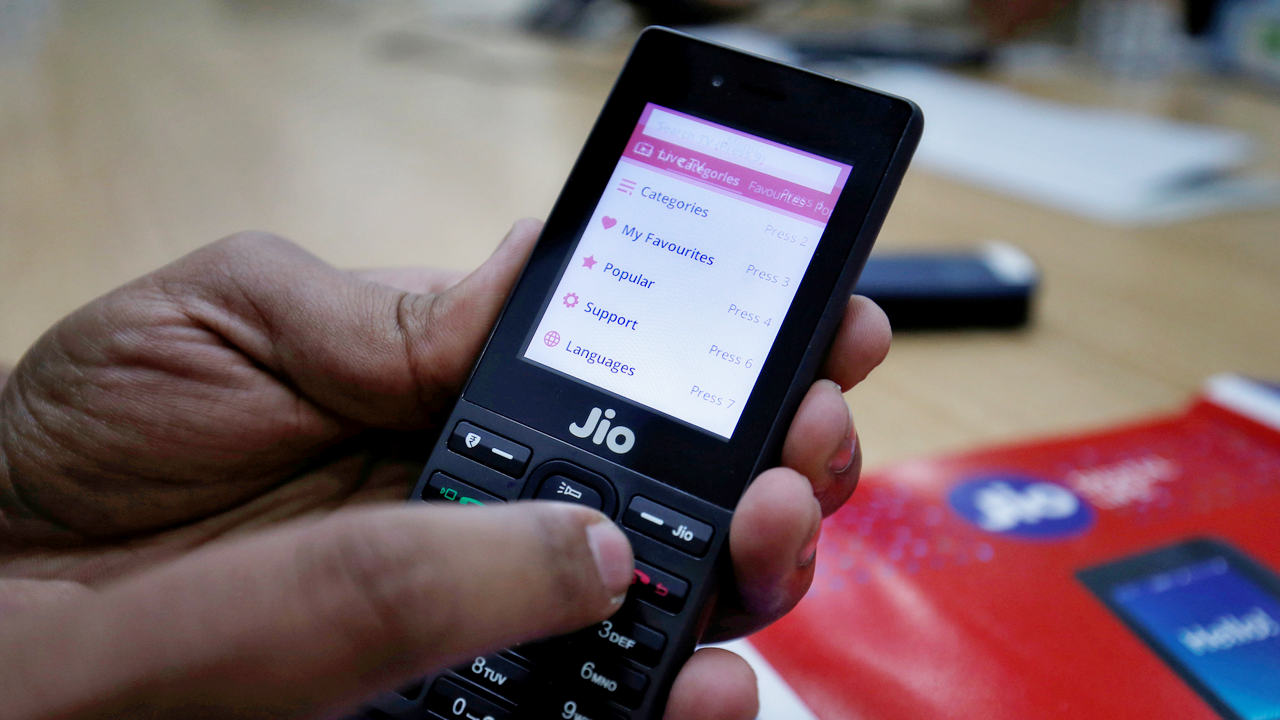 Reliance Jio offers 300 minutes of free outgoing calls, 'buy one get one' on recharge for JioPhone users- Technology News, Gadgetclock