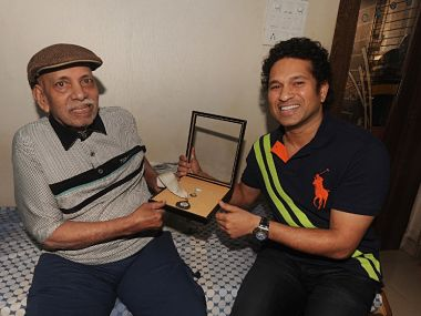 Sachin Tendulkar (R) went to meet his coach Ramakant Achrekar in Mumbai when he awarded Bharat Ratna in 2014. AFP
