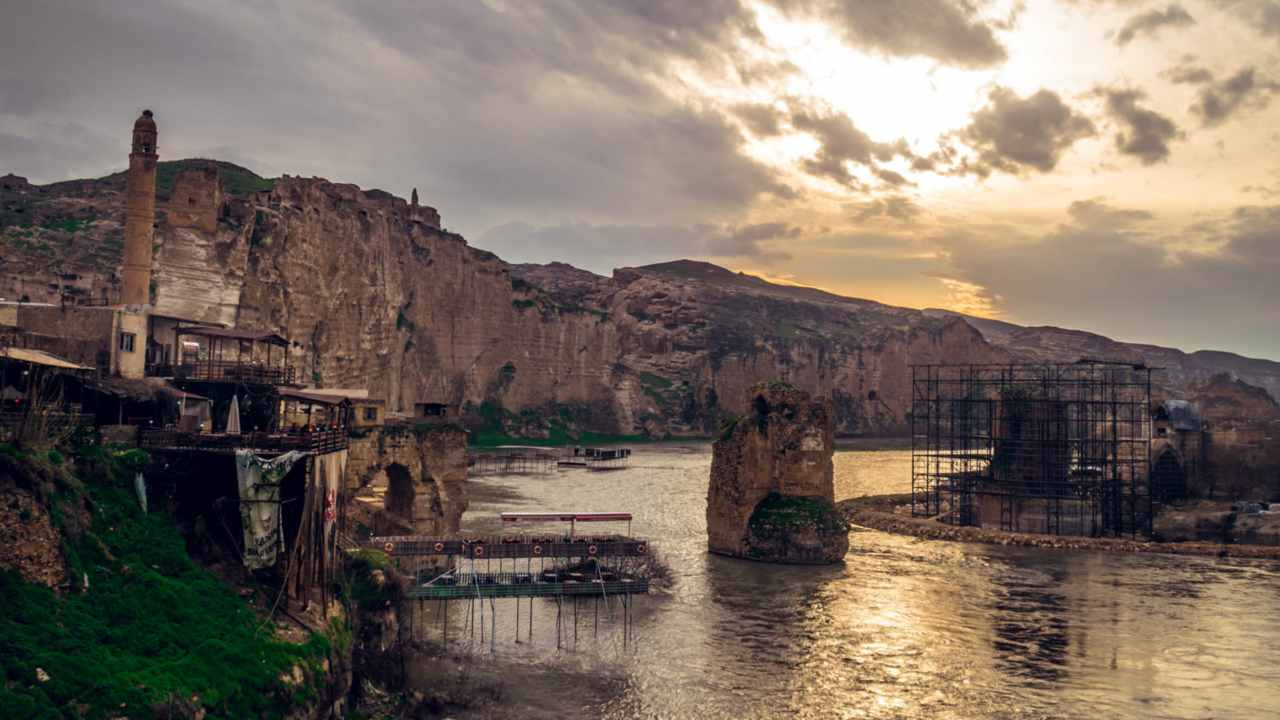 A glimpse of Hasankeyf, Turkey at sunset. Image credit: Arcae