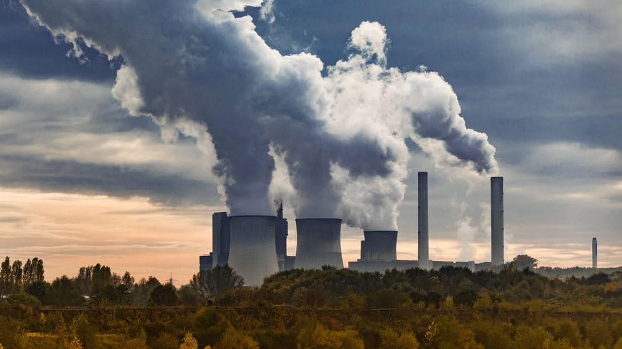 Ein Kohlekraftwerk. Uwe Aranas / shutterstock