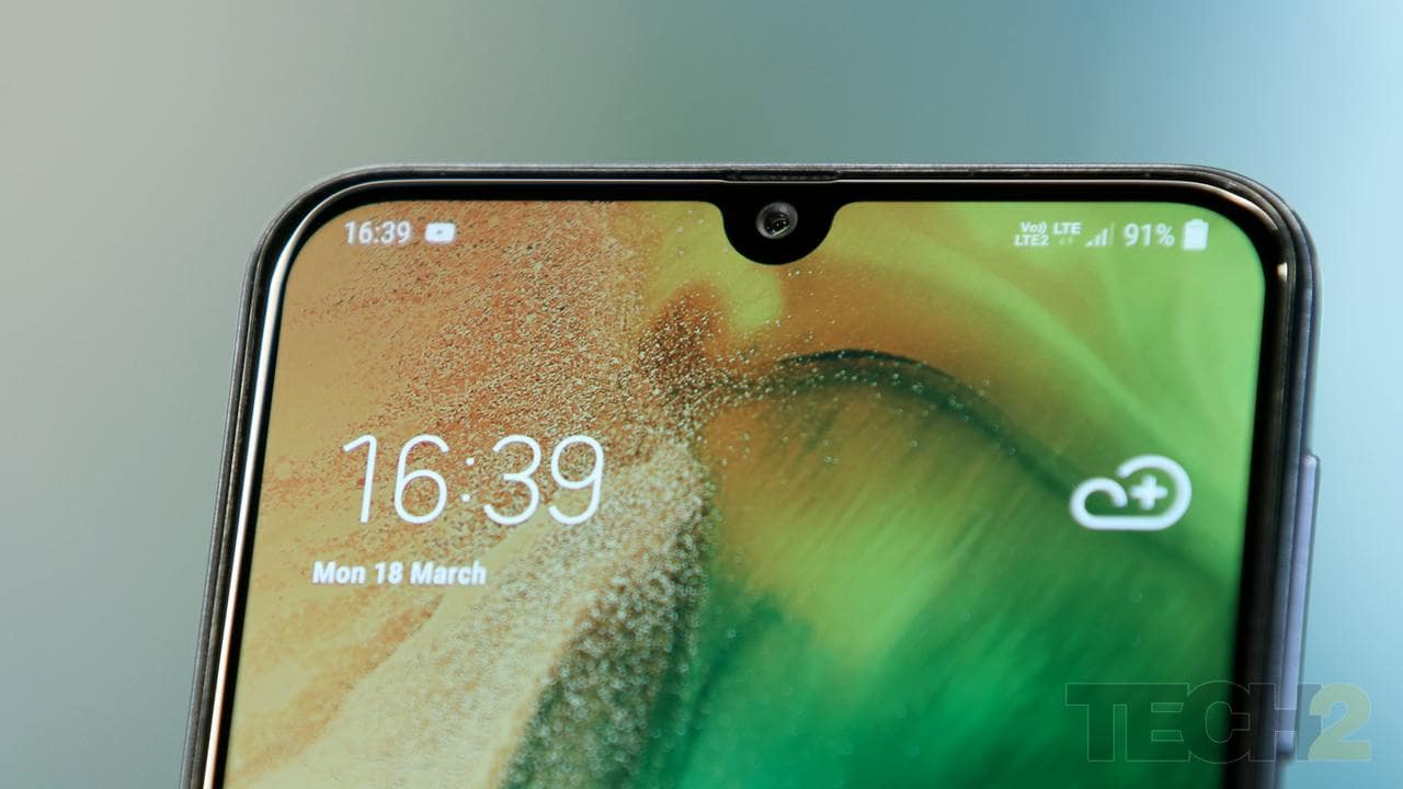 The notch houses the 16 MP front camera above which we find the earpiece.