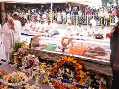 Manohar Parrikars funeral procession begins, thousands join cortege; Goa CMs last rites to be held at Miramar beach