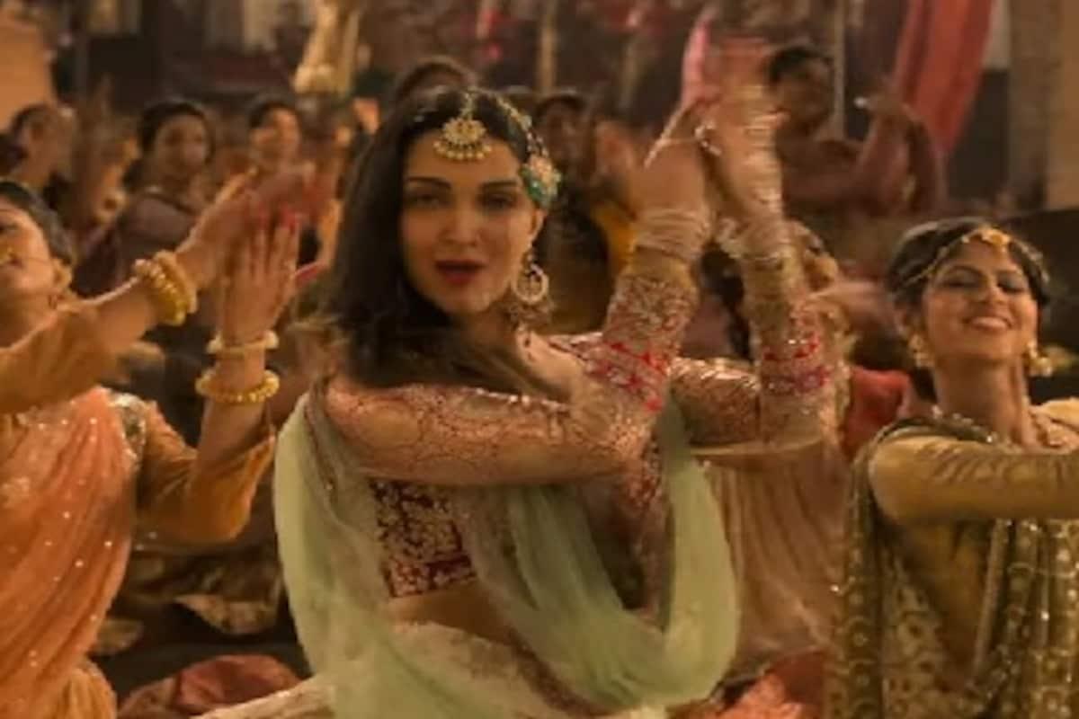 Kalank Song First Class Kiara Advani Varun Dhawan Dance To Arijit Singh Neeti Mohan S Upbeat Track Entertainment News Firstpost