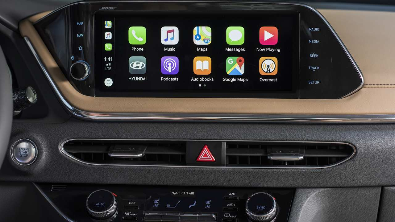 At the center of the dashboard, a large, 10.25-inch HD screen enables occupants to interact easily with the audio-video and navigation (AVN) functions. The new Sonata 12 speakers made by Bose.
