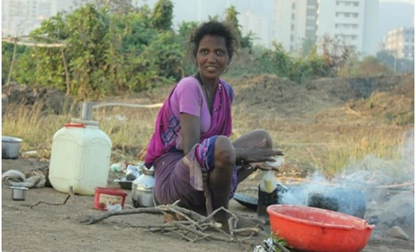 A seasonal migrant preparing food at her workplace. Image courtesy: IIPS Study