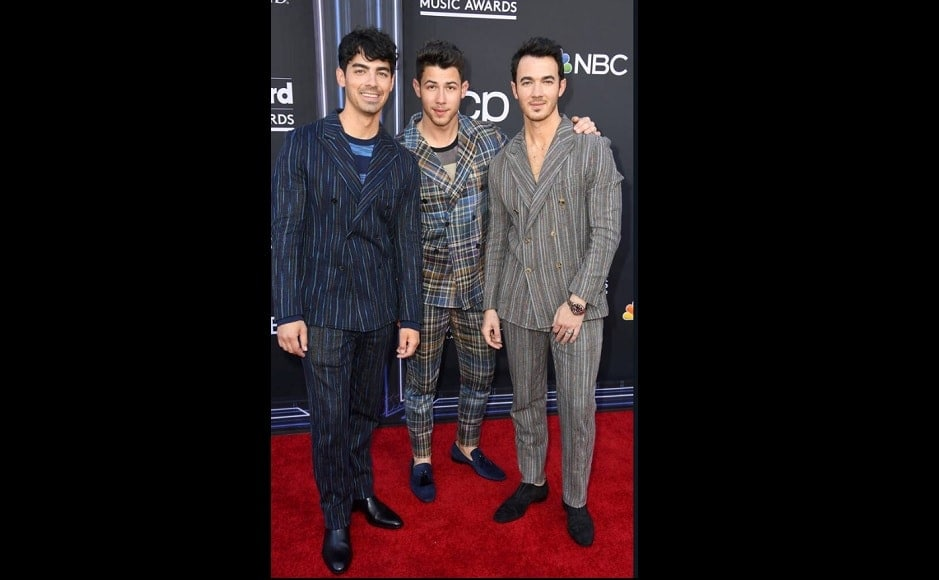 Jonas brothers reunite at the Billboard Music Awards in 70's inspired plaid suits. Source: Twitter.