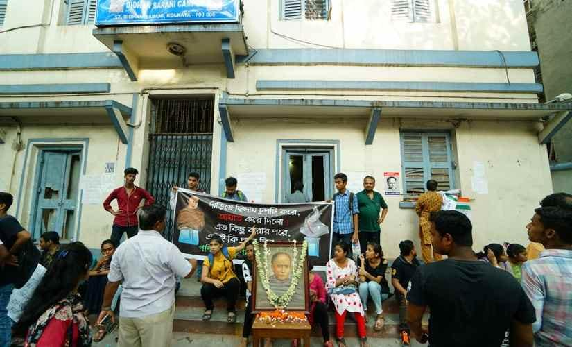 Students protest outside Vidyasagar College. 101Reporters