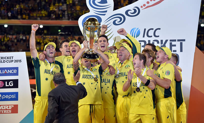 Australia's captain Michael Clarke (C) lifts the winning trophy after his team's victory against New Zealand during their 2015 Cricket World Cup final in Melbourne on March 29, 2015. AFP PHOTO / Saeed KHAN --IMAGE RESTRICTED TO EDITORIAL USE - STRICTLY NO COMMERCIAL USE-- (Photo by SAEED KHAN / AFP)