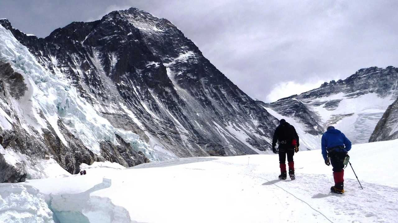 Climate change isnt the only thing affecting Everest – bodies, trash and poop are too