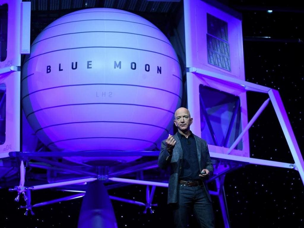 Jeff Bezos unveils lunar lander mockup that will take astronauts to moon in 2024