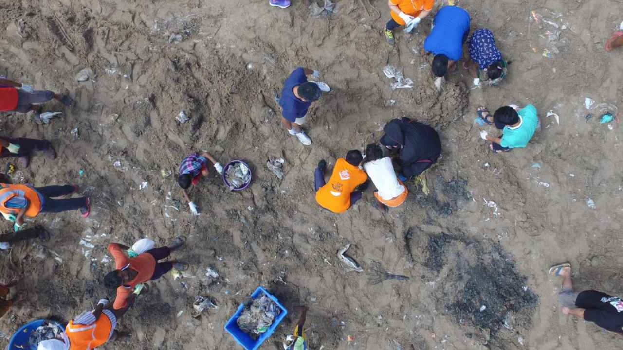 Afroz Shah and UN Environment celebrate 100-week anniversary of world's largest beach cleanup…with another cleanup. Image: UN Environment