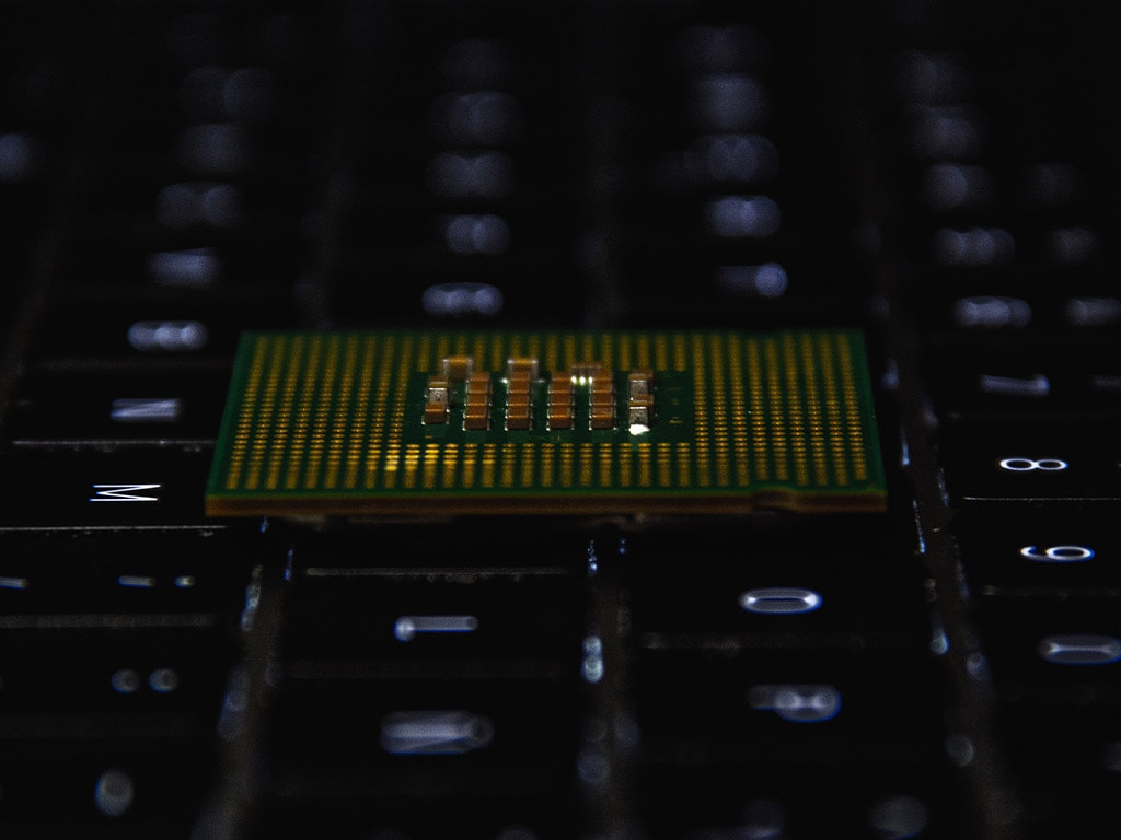 Intel wants to make the PC great again, but it cant do so alone
