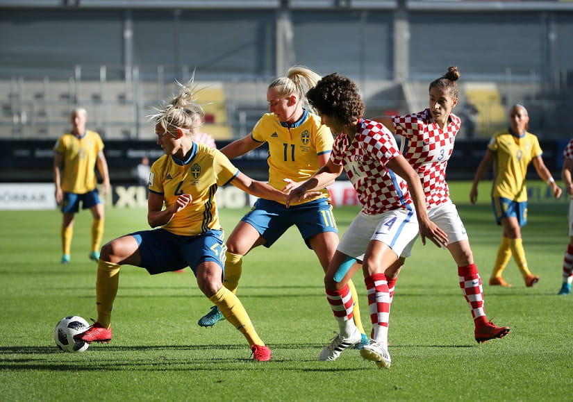Women's World Cup Qualifier - Sweden vs Croatia - Gamla Ullevi stadium, Gothenburg, Sweden - June 07, 2018. Hanna Glas and Stina Blackstenius of Sweden fights for the ball with Leonarda Balog and Ana Jelencic of Croatia. Photo credit: Reuters/Adam Ihse.