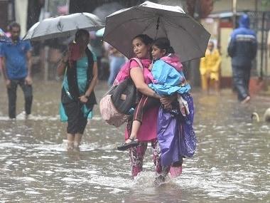 ممبئی کی بارش: 11 پروازیں منسوخ سینٹرل لائن پر ریلوے ٹرینوں کو پانی سے بچانے کا سلسلہ جاری